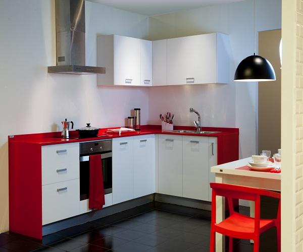 Cocina blanco mate y rojo